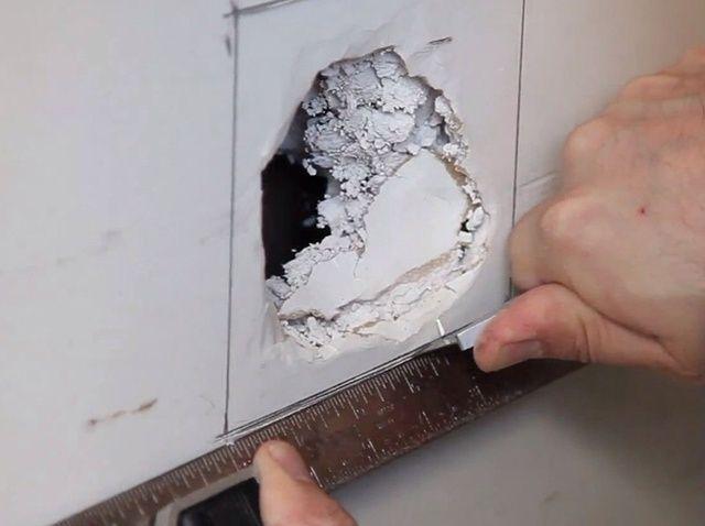 Cómo reparar un agujero grande en Drywall