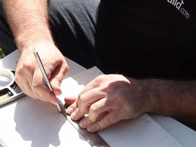 El uso de algunos paneles de yeso de chatarra, medir y cortar un pedazo de reemplazo de paneles de yeso.