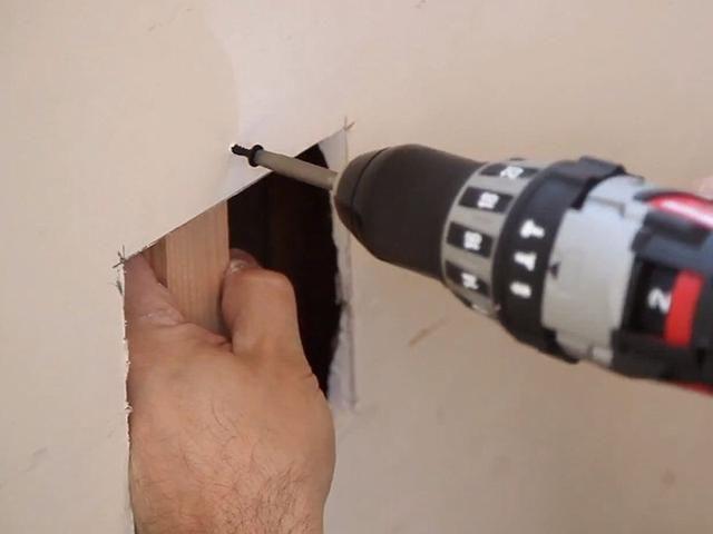Coloque un trozo de madera detrás de los paneles de yeso, y el tornillo en la pared con tornillos para yeso.