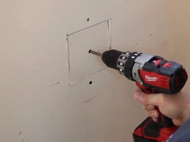 A continuación, coloque el parche de yeso (del Paso 2) en el agujero más grande y el tornillo en el trozo de madera.