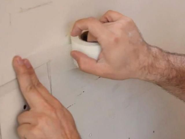 Aplique la cinta de yeso alrededor de los bordes del parche.