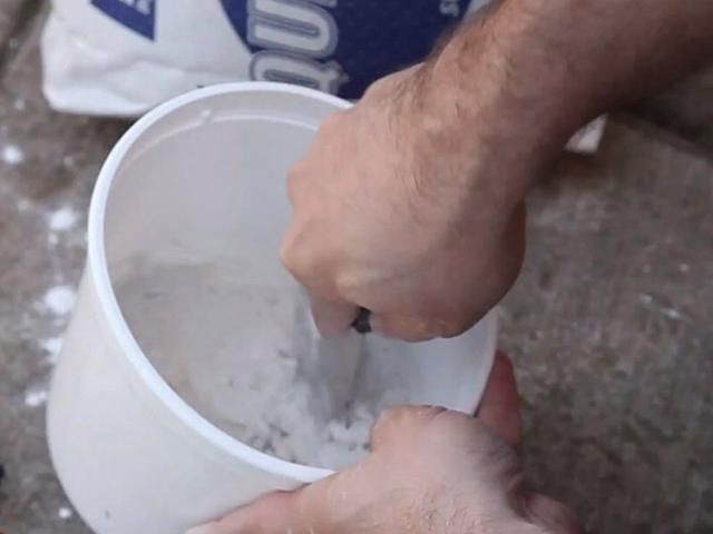 Mezcle el compuesto para juntas siguiendo las instrucciones. Si prefiere utilizar el compuesto pre-hechos (o masilla), no dude en utilizar eso.
