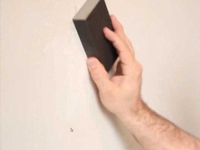 Después de la masilla se seque, alisarlo con un bloque de lijado hasta que la superficie es uniforme.