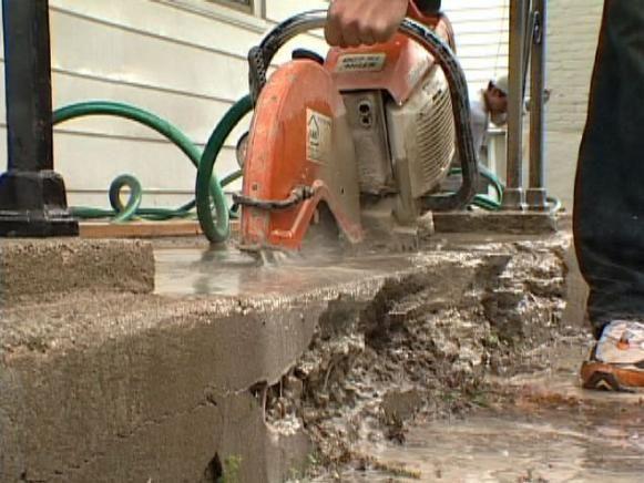 Parte dañada del paso concreto quita con el hormigón visto