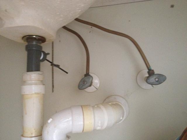 Tubos de cobre bajo, apague las válvulas y aflojar las tuberías