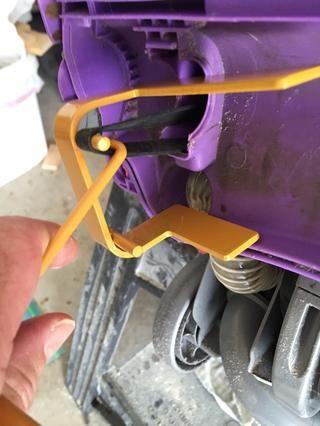 Tome la herramienta de cinturón y colóquelo en la parte superior de la correa de transmisión. Utilizando el gancho de cinturón de herramientas tirar duro y coloque la correa de transmisión en el poste de la parte superior de la herramienta