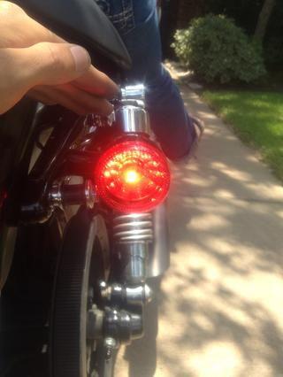 La bomba del freno trasero a sangrar los frenos, cambie el líquido de frenos si es necesario. Gire la llave en el encendido y comprobar su luz de freno trasero presionando el pedal del freno.