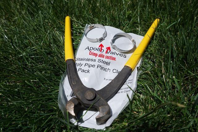 La herramienta es barato, alrededor de 7-10 dólares. También puede usar una pinza de baldosas o tornillo pinza si usted tiene cualquiera. Se ven iguales.