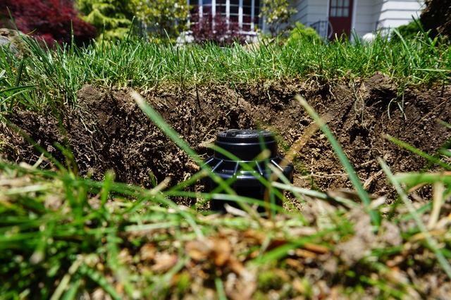 Como se mencionó anteriormente, la hierba / suelo creció por encima de la cabeza anterior así que tengo que levantarlo. Esta es la vista de lo bajo que es.