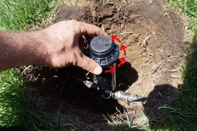 Si tienes la suciedad en la instalación, desenroscar este anillo y sacar agallas para eliminar las líneas. También puede hacer esto para todas las cabezas abajo corriente de su trabajo en esa zona (Encienda la zona durante 5 segundos.)