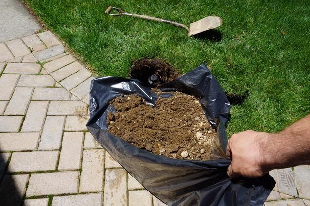 Véase, la bolsa de plástico es un gran consejo! Sólo tome las esquinas y volcar en! Ajuste la tierra para dar cabida a la forma de la peluca hierba que hiciste antes. Caída de que en la parte superior - HECHO. Facilísimo.