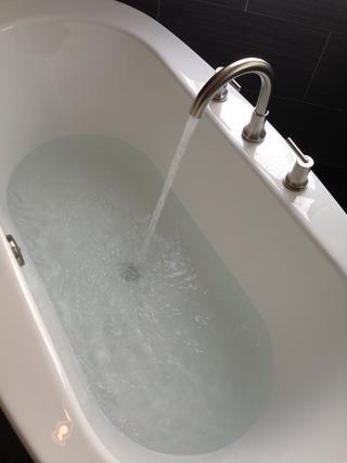 Cierre el tapón y probar el nuevo drenaje en busca de fugas. Llene la tina medio llena y dejar que repose para asegurarse de que no se escape.