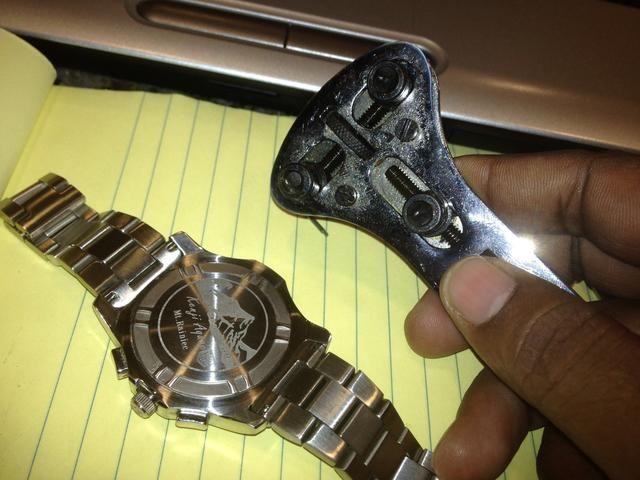 Lleve a su herramienta de la llave del reloj y ajuste los dientes para adaptarse a las ranuras en la parte posterior del reloj