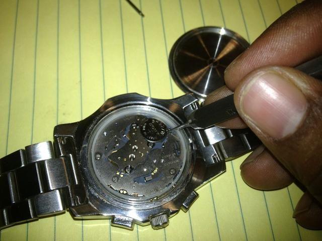 Una vez que el caso está apagado, ver cómo se celebra la batería en su lugar. Cada reloj es diferente, pero por lo general su tensión o un pequeño tornillo que llevará a cabo en.
