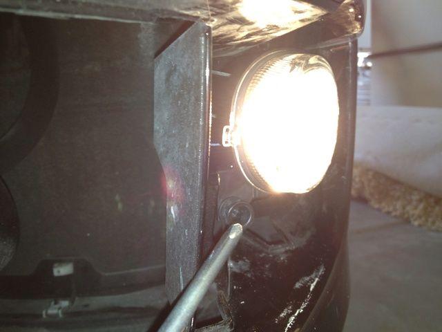Tome sus destornillador Phillips y se adhieren al tornillo Phillips inferior izquierda. Gire a la derecha o izquierda, dependiendo de si su luz antiniebla necesita ser ajustado hacia arriba o hacia abajo.