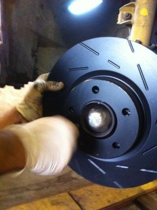 y que nada queda atrapado entre el disco y el cubo. Esta es una causa importante de judder freno como el disco doesn't run true. Install the retaining screw to secure the disc.