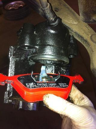 Clip de la almohadilla interna en el pistón. Una vez más eliminar cualquier grasa que pueden llegar a la almohadilla de los dedos, etc.
