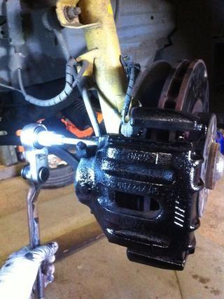 Si usted tiene un cable que sale del agujero grande en la parte superior de la pinza, que será el sensor indicador de desgaste. Ver mi trasero frenos guía para saber qué hacer con él!