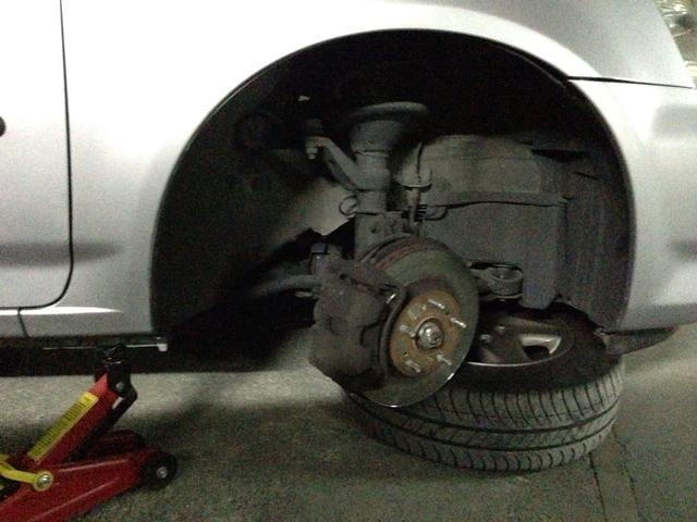 Retire la rueda y colocarla debajo de la suspensión delantera. Por si acaso ... convertir ATENTAMENTE de dirección por lo que la pinza se enfrenta a cabo.