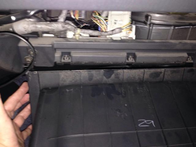 Caja caerá, y usted puede tener que quitarlo en algunos coches. No en la mía. Tenga cuidado de no apoyarse en él y romper las bisagras.