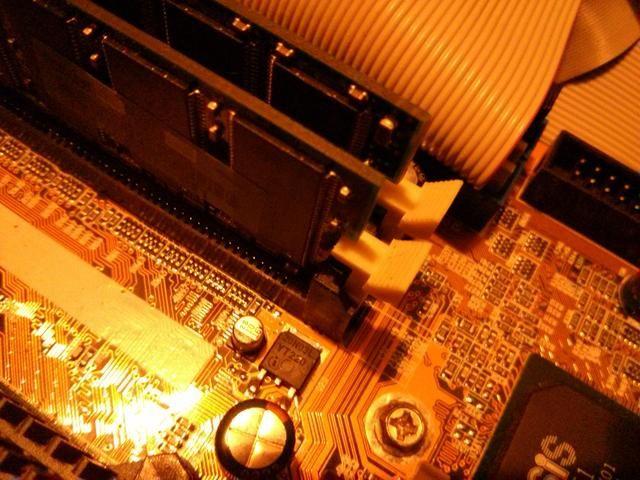 Verá dos palancas por chip Ram, presiona ligeramente sobre ellos