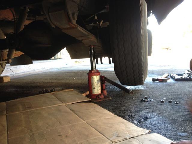 Levante el neumático afectado.