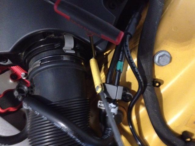 Extracción de tornillo de un lugar carcasa del filtro de aire una magnética recoger en el tornillo para evitar que se caiga en el compartimento del motor, o trapos cosas en la parte inferior.
