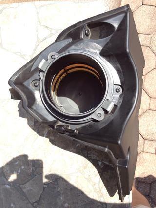 Caja del filtro del aire, quite los dos tornillos que sujetan el filtro en su lugar. Retire el filtro viejo, instale el nuevo filtro. Hecho. Poner el coche de nuevo juntos en el orden inverso.