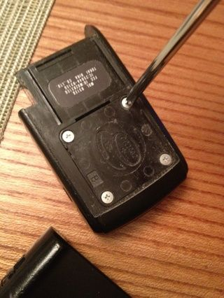 Retire los cuatro tornillos para acceder a la batería.