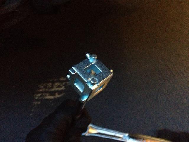 Esta es la herramienta de pistón para activar el pistón hacia adentro. Antes de empezar, quitar la tapa del depósito de líquido de frenos, a continuación, utilizar el trinquete para apretar