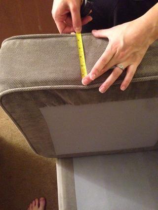 Mida la profundidad de entrepierna a entrepierna y anotar. Repita el procedimiento para las diferentes cojines con forma.