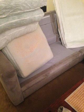 Cuando sus cojines llegan, tome las cubiertas de los viejos cojines. Yo recomendaría tirarlos en la lavadora. :)