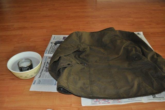 Extienda el periódico y sentar las chaqueta en ella lo más plana posible.