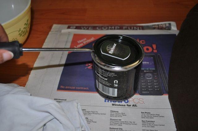 Abrir la lata de cera. Un destornillador funciona bien.