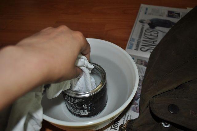 Sumerja el trapo en la cera. Comience lentamente con sólo un poco en la punta - don't saturate the end of the rag.