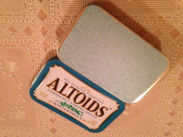 Utilice adhesivo para unir cortadas a la medida papeles para parte superior e inferior de la lata.