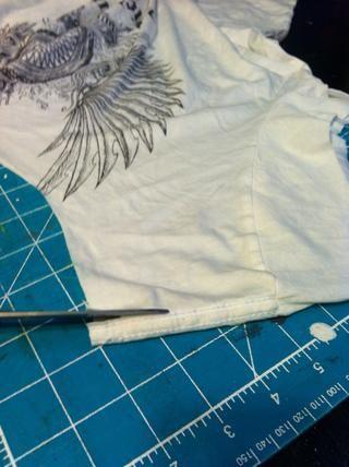 Una vez que el cuello y las mangas se cortan, cortar la vuelta, siguiendo el patrón de la camisa.