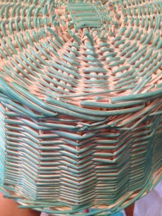 Pinte todas partes! Voltear la cesta sobre con una mano en el interior puede ayudarle a encontrar lugares que te perdiste y pintar la parte inferior. Deje secar 30 minutos.