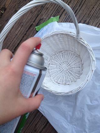Rocíe imprimación cubriendo todas las superficies, excepto la parte inferior. Rocíe en un área bien ventilada y con ropa que Don't mind getting paint on. Make sure color is uniform.