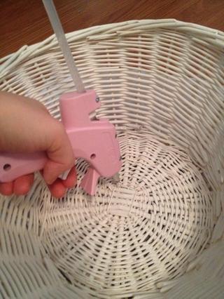 Pegamento caliente un círculo de 1 pulgada en el centro de la cesta.
