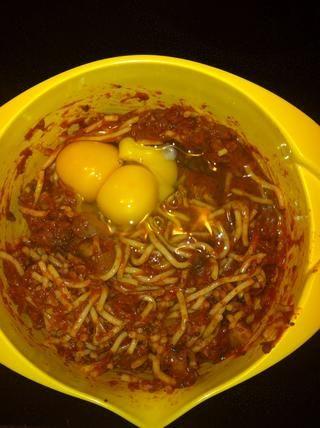 Añadir sal, pimienta y / o copos de chile (si se utiliza). Agregar los huevos, revuelva bien para cubrir todas las sobras.