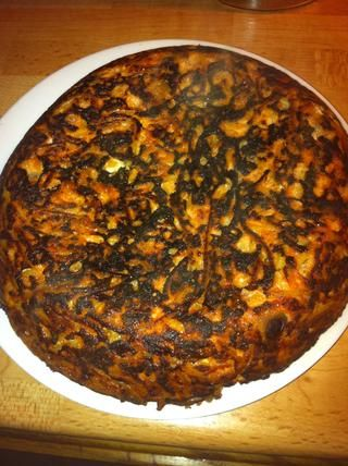 A su vez sobre un plato. Esto se ve quemada pero su color marrón oscuro justo. El grado de cocción en la parte inferior es difícil de predecir, pero siempre parece delicioso sabor.