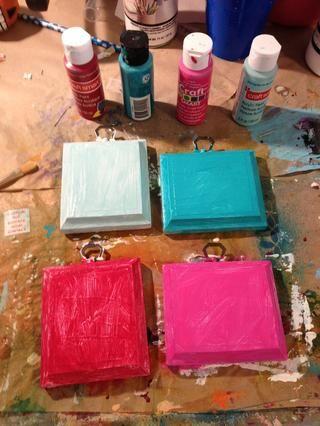 Cubra ligeramente la superficie con pintura acrílica. Elegí colores brillantes.