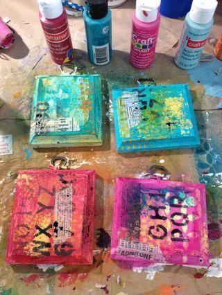 empezar a crear su fondo usando las pinturas acrílicas, plantillas, cinta del washi, papel libro desgarrado, lo que usted desea utilizar para añadir textura e interés. Hemos de tener capas de plantillas y pinturas
