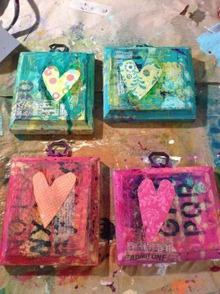 Freehand algunos corazones sobre sus trozos de papel con dibujos y se adhieren con podge mod o medio de gel