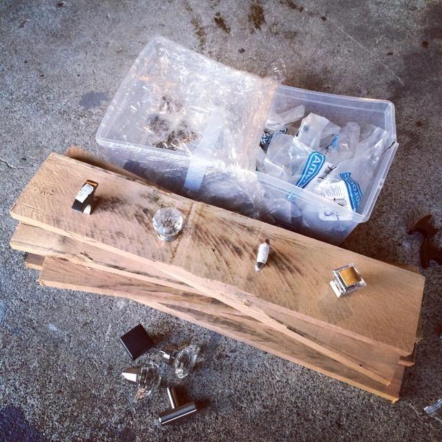 Recoger tirones del cajón de edad. Estos son del Hábitat para la Humanidad de restauración.