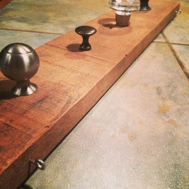 He añadido dos opciones para colgar el organizador madera recuperada. Utilicé 2 ojales de tornillo en la parte superior. Me perforó agujeros luego jodido los ojales en.