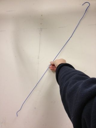 También tomo un momento para extender completamente la percha y enderezar las torceduras.