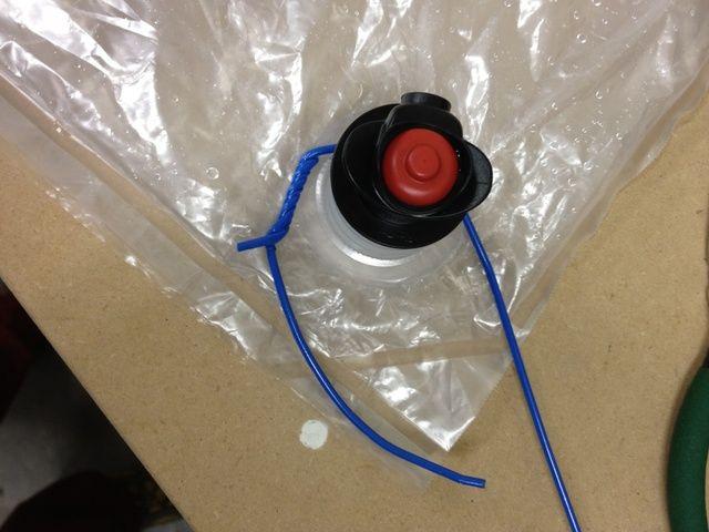 Bend y envolver el extremo de gancho alrededor de la válvula y el accesorio y comienza a recibir las dos piezas cerca uno del otro.