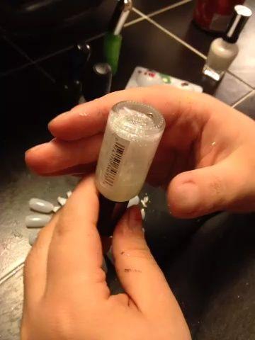 Esta es la forma en que siempre se debe preparar el esmalte. Sacudiendo su esmalte crea burbujas, a nadie le gusta burbujas en polaco: / He aquí cómo :)